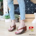 รองเท้าแฟชั่น ส้นเตารีด แบบหนีบ รุ่นนี้ทรงสวยมาก แต่งหมุดเพิ่มความเก๋ไก๋ สูง 3 นิ้ว พื้น pu นิ่มมาก ใส่สบาย แมทสวยได้ทุกชุด ดำ แดง น้ำตาล (M1884)