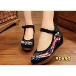รองเท้าผ้าปักลายจีน ปักลวดลายนกฟีนิกซ์ที่ด้านหน้าและด้านข้างสวยงาม คาดด้านหน้าติดกระดุมจีน เป็นพื้นยางหนาเพื่อสุขภาพเท้า รองรับแรงกระแทกได้เยอะ เสริมด้านในส้นสูง 2 นิ้ว พื้นด้านในซับฟองน้ำ ด้านนอกเป็นผ้าทอแน่นเนื้อดี ใส่สบาย แมทสวยได้ไม่เหมือนใคร