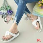 รองเท้าแตะแฟชั่น แบบหนีบ พื้นบุนวมหนาลายโซฟา สวยหวานน่ารัก แต่งช่อดอกไม้ด้านหน้า พื้นนุ่มหนาน่าสัมผัสมากๆ ใส่สบายเท้า สวยแป๊ะ สูง 1.5 นิ้ว สีดำ ครีม เทา (999-4)