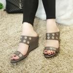 รองเท้าแฟชั่น ส้นเตารีด แบบสวม แต่งรูห่วงสวยเก๋ ส้นสูงประมาณ 2 นิ้ว ใส่สบาย แมทสวยได้ทุกชุด (PT107)