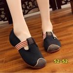 รองเท้าผ้าปักลายจีน ผ้าทอสีเรียบ ตรงกลางคาดยาดยืดแถบ 2 สี เก๋มากๆ ส้นสูง 1 นิ้ว พื้นด้านในซับฟองน้ำ ด้านนอกเป็นผ้าทอแน่นเนื้อดี ใส่สบาย แมทสวยได้ไม่เหมือนใคร