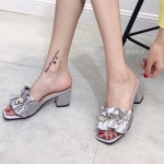 รองเท้าแฟชั่น ส้นสูง แบบสวม ดีไซน์จีบระบายแต่งเข็มกลัดร้อยไข่มุกเพชรสวยหรู ทรงสวยเก็บหน้าเท้า ส้นสูงประมาณ 2.5 นิ้ว ใส่สบาย แมทสวยได้ทุกชุด (936-26)