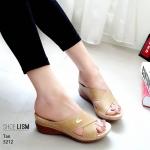 รองเท้าแฟชั่น ส้นเตารีด แบบสวมหน้าไขว้ แต่งตะเข็บและอะไหล่จรเข้สวยเรียบเก๋ หนังนิ่ม พื้นนิ่ม งานสวย ใส่สบาย ส้นสูง 2 นิ้ว แมทสวยได้ทุกชุด (5212)