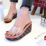 รองเท้าแฟชั่น ส้นเตารีด แบบสวม คาดหน้าพลาสติกใสนิ่มไม่บาดเท้า แต่งส้นหนังลาย LV ดาเมียร์ ส้นเตารีดสูง 3 นิ้ว ใส่สบายมาก แมทสวยได้ทุกชุด
