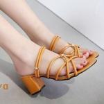 รองเท้าแฟชั่น ส้นสูง หนังเส้นกลมแต่งสานไขว้ประดับเพชรสวยหรู ใส่ได้ 2 แบบ แบบสวมและรัดส้น ทรงสวย หนังนิ่ม ส้นสูงประมาณ 2.5 นิ้ว ใส่สบาย แมทสวยได้ทุกชุด (B713-15)