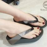 รองเท้าแตะแฟชั่น แบบหนีบ แต่งคลิสตัลเพชรสีไล่โทนสวยหรู พื้นซอฟคอมฟอตนิ่มสไตล์ฟิตฟลอบ ใส่สบายมาก แมทสวยได้ทุกชุด (TE413)