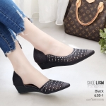 รองเท้าคัทชู ส้นเตารีด หนังกลิสเตอร์แต่งหมุดเพชรสวยหรู ทรงเว้าข้าง หนังนิ่ม งานสวย ใส่สบาย ส้นสูง 1.5 นิ้ว แมทสวยได้ทุกชุด (628-1)