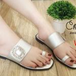 รองเท้าแตะแฟชั่น แบบสวมนิ้วโป้ง แต่งคลิสตัลเพชรสไตล์ roger สวยหรู หนังนิ่ม ใส่สบาย แมทสวยได้ทุกชุด (J323)