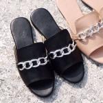 รองเท้าแตะแฟชั่น แบบสวม แต่งโซ่ด้านหน้าสไตล์จีวองชี ทรงสวยเรียบเก๋ หนังนิ่ม ใส่สบาย แมทสวยได้ทุกชุด (KK8813)
