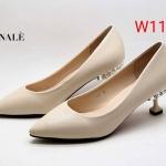 รองเท้าคัทชู ส้นเตี้ย แต่งอะไหล่เพชรที่ส้นสวยเรียบหรูไม่เหมือนใคร ทรงสวย หนังนิ่ม ส้นสูงประมาณ 2 นิ้ว ใส่สบาย แมทสวยได้ทุกชุด