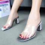 รองเท้าแฟชั่น ส้นสูง แบบสวม ทรง maxi คาดหน้าพลาสติกใส นิ่มไม่บาดเท้า ส้นตัดกำมะหยี่ สูง 2.5 นิ้ว น้ำหนักเบา ใส่ง่าย เรียบหรู แมทกับชุดไหนก็สวย ใส่ได้ตลอด สี เทา ตาล น้ำเงิน แดง ดำ แมทสวยได้ทุกชุด (939-65)