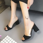 รองเท้าแฟชั่น ส้นสูง แบบสวม หนังชามัวร์แต่งพลาสติกใสนิ่มสวยเก๋ ส้นตันหนาสูง 3.5 นิ้ว รองรับน้ำหนักได้ดี ใส่กระชับเท้าขาเรียวสวย ทรงสวย ใส่สบาย แมทสวยได้ทุกชุด