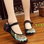 รองเท้าผ้าปักลายจีน ลายปักดอกไม้สวยงาม คาดด้านหน้าติดกระดุมจีน ส้นสูง 1 นิ้ว พื้นด้านในซับฟองน้ำ ด้านนอกเป็นผ้าทอแน่นเนื้อดี ใส่สบาย แมทสวยได้ไม่เหมือนใคร