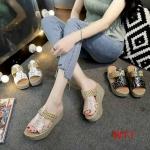 รองเท้าแฟชั่น ส้นเตารีด แบบสวม คาดหน้าแต่งลายกุหลาบและลายสานสวยหวานไม่เหมือนใคร ส้น PU น้ำหนักเบา สูงประมาณ 3 นิ้ว พื้นนุ่ม ใส่สบาย แมทสวยได้ทุกชุด
