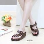 รองเท้าแตะแฟชั่น แบบสวมนิ้วโป้ง คาดเฉียง ลายตารางดาเมียร์ สไตล์ LV แต่งดอกไม้สวยน่ารัก พื้นซอฟคอมฟอตนิ่มสไตล์ฟิตฟลอบ ใส่สบายมาก แมทสวยได้ทุกชุด (L2355)