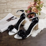 รองเท้าแฟชั่น ส้นสูง รัดข้อ แต่งดอกคามิเลียสวยหรูสไตล์แบรนด์ ทรงสวย หนังนิ่ม ส้นสูงประมาณ 2.5 นิ้ว ใส่สบาย แมทสวยได้ทุกชุด