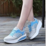 รองเท้าผ้าใบแฟชั่น เพื่อสุขภาพ เสริมส้น ดีไซน์น่ารัก คุณภาพเยี่ยม ใส่ออกกำลังกายได้ ด้านนอกทำจากหนัง PU มีเจาะรูระบายอากาศ ด้านในบุนวมนิ่มรองรับการกระแทก ไม่เหม็นอับ มีเชือกผูกปรับระดับ ใส่นิ่มสบาย เหมาะกับเมืิองร้อน ใส่เดินเที่ยวหรือเล่นกีฬาได้สบาย พื้นส