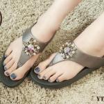 รองเท้าแตะแฟชั่น แบบหนีบ แต่งดอกไม้เพชรคลิสตัลสวยหรู พื้นซอฟคอมฟอตนิ่มสไตล์ฟิตฟลอบ ใส่สบาย แมทสวยได้ทุกชุด (YT114)
