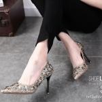 รองเท้าคัทชูส้นสูง หนังกลิสเตอร์แต่งดอกคามิเลียรอบบอดี้สวยหรูมาก หนังนิ่ม ส้นสูง 3 นิ้ว ใส่ได้ทุกงาน เลิศมาก เก็บทรงสวย ใส่ออกงาน โดดเด่น แมทสวยได้ทุกชุด (9892)