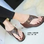รองเท้าแฟชั่น ส้นเตารีด แบบหนีบ ลายตารางดาเมียร์ แต่งอะไหล่ LV สวยหรู ทรงสวย ส้นสูงประมาณ 2.5 นิ้ว ใส่สบาย แมทสวยได้ทุกชุด (L0118)