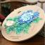 งานปักริบบิ้นดอกโบตั๋นสีน้ำเงินพร้อมเฟรมไม้ By Easy DIY ครอสติสคริสตัล thumbnail 1