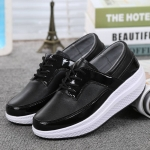 พร้อมส่ง รองเท้าผ้าใบเสริมส้นสีดำ แต่งขอบหนังเงา ดีไซน์สวย แฟชั่นเกาหลี [สีดำ ]