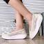พร้อมส่ง รองเท้าผ้าใบเสริมส้นสีครีม ผ้าลูกไม้ พื้นสุขภาพ แฟชั่นเกาหลี [สีครีม ] thumbnail 1