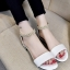 พร้อมส่ง รองเท้าส้นเตี้ยรัดข้อสีขาว มีสายมุกรัดข้อปรับระดับ แฟชั่นเกาหลี [สีขาว ] thumbnail 2