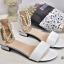 พร้อมส่ง รองเท้าส้นเตี้ยรัดข้อสีขาว มีสายมุกรัดข้อปรับระดับ แฟชั่นเกาหลี [สีขาว ] thumbnail 3