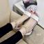 พร้อมส่ง รองเท้าส้นเตี้ยรัดข้อสีขาว มีสายมุกรัดข้อปรับระดับ แฟชั่นเกาหลี [สีขาว ] thumbnail 5