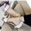พร้อมส่ง รองเท้าส้นเตี้ยรัดข้อสีขาว มีสายมุกรัดข้อปรับระดับ แฟชั่นเกาหลี [สีขาว ] thumbnail 4