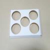 ฐานใส่คัพเค้กขนาด 5 ช่อง เส้นผ่านศูนย์กลาง 6.4 ซม.(ใช้กับถ้วยคัพเค้กขนาดมาตรฐาน 6 ซม.) ขนาดกว้าง 19.8 X ยาว 15.8 ซม.