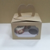 กล่องคัพเค้ก 3 ชิ้น หูหิ้ว สีคราฟท์หน้าขาวหลังน้ำตาล แบบหน้าต่าง 2 ด้าน 18x14x10ซม.กล่องคัพเค้กพร้อมฐานรองคัพเค้ก (ช่องใส่คัพเค้กกว้าง 6.4ซม.) 20ใบ/แพ็ค