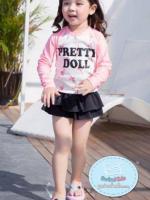ชุดว่ายน้ำเด็กหญฺิง แขนยาวสีครีมแขนชมพู ลาย pretty doll กางเกงกระโปรงสีดำ พร้อมหมวกเข้าชุด
