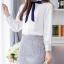 Preorder เสื้อทำงาน สีขาว ผูกโบว์แต่งระบายรอบคอตั้งน่ารัก แต่งแถบด้านหน้าอกเสื้อแบบเก๋ไก๋ เนื้อผ้าระบายอากาศได้ดี thumbnail 4
