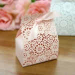 กล่องกระดาษลายสีชมพูดอกไม้เจาะรูมีโบว์ 9x5.5x12.5 cm. 20 ชิ้น : A004576