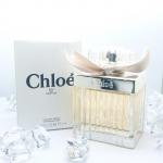 Chloe Eau de Parfum Spray 75ml. (เทสเตอร์กล่องขาว) น้ำหอมยอดนิยม Chloé EDP for women หอมหรูหรา กลิ่นกุหลาบ คล้าความหวานของลิ้นจี่ มีกลิ่นหอมสดชื่นของดอกฟรีเซียและพีโอนีมาเสริมให้กลิ่นโปร่งเบามากขึ้น ตบท้ายด้วยความหอมอบอุ่นจากไม้ซีดาร์และอำพัน