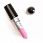 MAC Rose Lily Lipstick 3g. ลิปเนื้อครีมประกายสีโปร่ง มอบความรู้สึกนุ่มนวล สีสันแจ่มจรัส สร้างสรรค์ริมฝีปากมอบสีเด่นชัดแนบแน่นบนริมฝีปาก ในขณะเดียวกันก็มอบความชุ่มชื้น เผยริมฝีปากเนียนนุ่ม เย้ายวน อิ่มเอิบ ชุ่มชื้น เปล่งประกายเงางาม