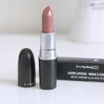 Mac Limited Edition Naked Bud Lipstick BNIB A Fantasy of Flowers 3g. ลิปเนื้อครีมประกายสีโปร่ง มอบความรู้สึกนุ่มนวล สีสันแจ่มจรัส สร้างสรรค์ริมฝีปากมอบสีเด่นชัดแนบแน่นบนริมฝีปาก ในขณะเดียวกันก็มอบความชุ่มชื้น เผยริมฝีปากเนียนนุ่ม เย้ายวน อิ่มเอิบ ชุ่มชื้น