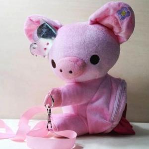 กระเป๋าสะพายข้าง ลายหมู Piggy Girl ทำท่ากอด