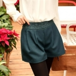 [Preorder] กางเกงขาสั้นแฟชั่นประดับลายปักดอกไม้ที่เอว สีฟ้าเขียว Solid color Bulei Si elastic bright sense wool shorts