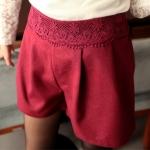[Preorder] กางเกงขาสั้นแฟชั่นประดับลายปักดอกไม้ที่เอว สีแดงไวน์ Solid color Bulei Si elastic bright sense wool shorts