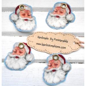 ตัวห้อยตกแต่ง ซานต้าทำจากผ้าขนาด2.3x3.5 cm ค่ะ1 แพคมี4 ชิ้น