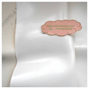 หนังเทียมสีขาวผิวหน้าเรียบลื่นวาว แบ่งขาย 1 หน่วย = ขนาด1/4 หลา : 45X 65 cm.ที่นำไปใช้กันเยอะคือหุ้มเบาะนั่งค่ะ