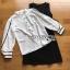 เซ็ตเสื้อเชิ้ตผ้าเครปสีขาวและเดรสแขนกุดสีดำ thumbnail 7