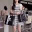 SISOUHOR เดรสแฟชั่นเกาหลี/เสื้อตัวยาวทรงปล่อย แขนล้ำ ลายขวางสีขาวสลับดำ ดีเทลผูกโบว์ใหญ่ที่ไหล่ สวยค่ะ thumbnail 1