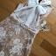 มินิเดรสผ้าลูกไม้สีเบจตกแต่งริบบิ้นผ้าชีฟองสีขาว thumbnail 9