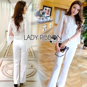 เซ็ตเสื้อผ้าชีฟองปักลายและกางเกงขาบานสีขาว ลุคนี้เหมาะกับใส่ไปทำงาน ดูเรียบร้อย งานดีมากค่ะ ป้าย Lady Ribbon
