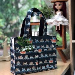 กระเป๋าผ้าเคลือบ PVC กันน้ำ พื้นสีกรมรูปแมวตาสีฟ้า ใส่เอกสาร (A5)